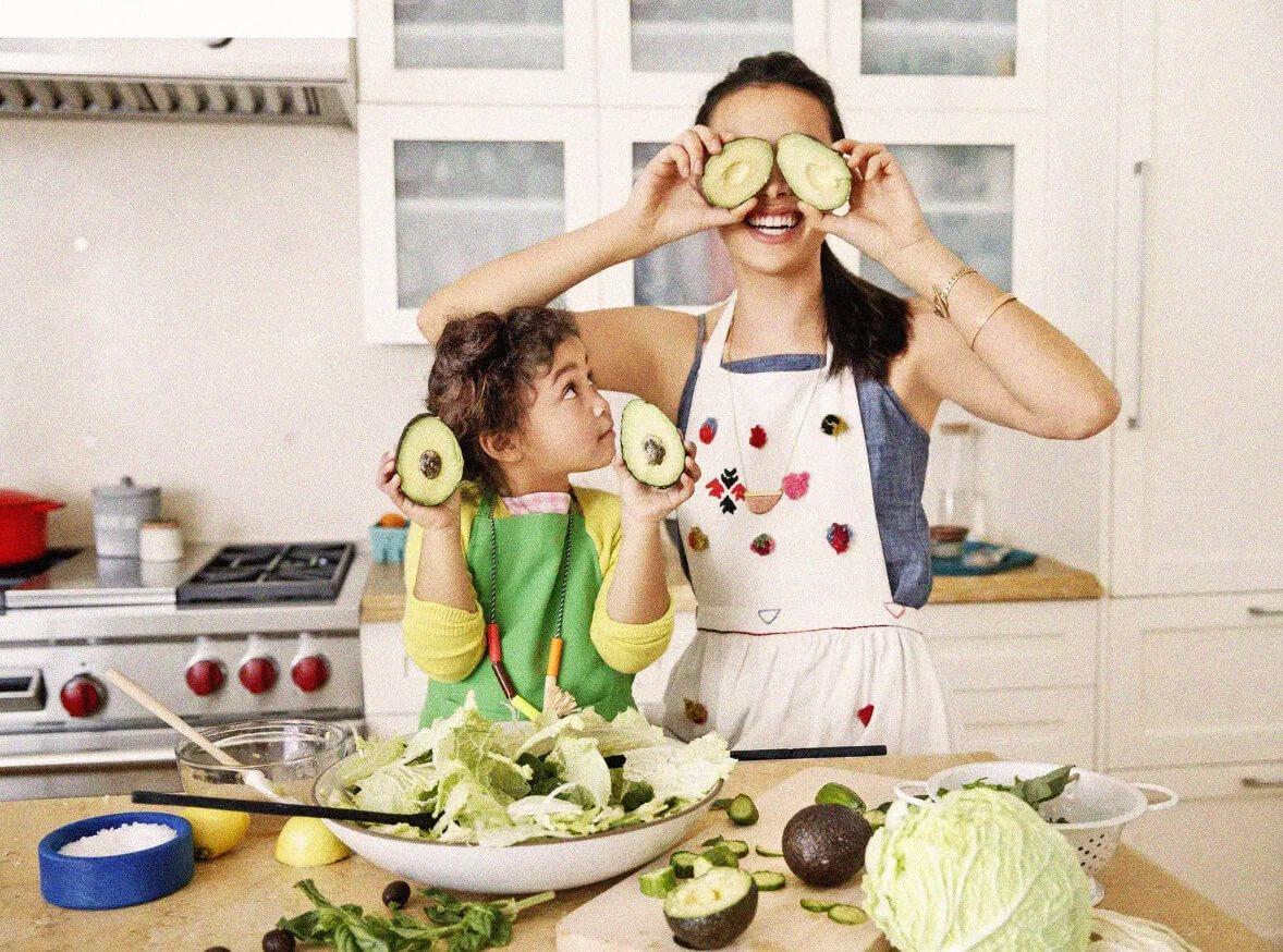 Обучать детей в игре мама с ребенком на кухне