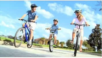 Семья на велосипедах игрушки для лета